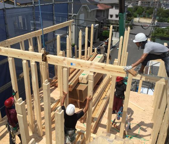 上棟は、黒田棟梁を中心に大工さん数名で作業を行います。クレーン車で梁を吊り上げ、柱に組み込んでいきます