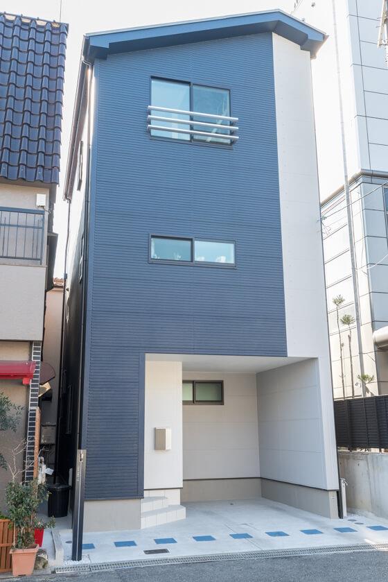 道路に面した2階の窓はキッチン正面にある窓、3階にあるのは子供室の窓です