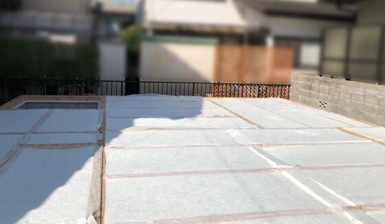 断熱材がしっかり敷き詰められたら、次は構造用合板を施工。土台や大引きに、しっかり釘で固定していきます
