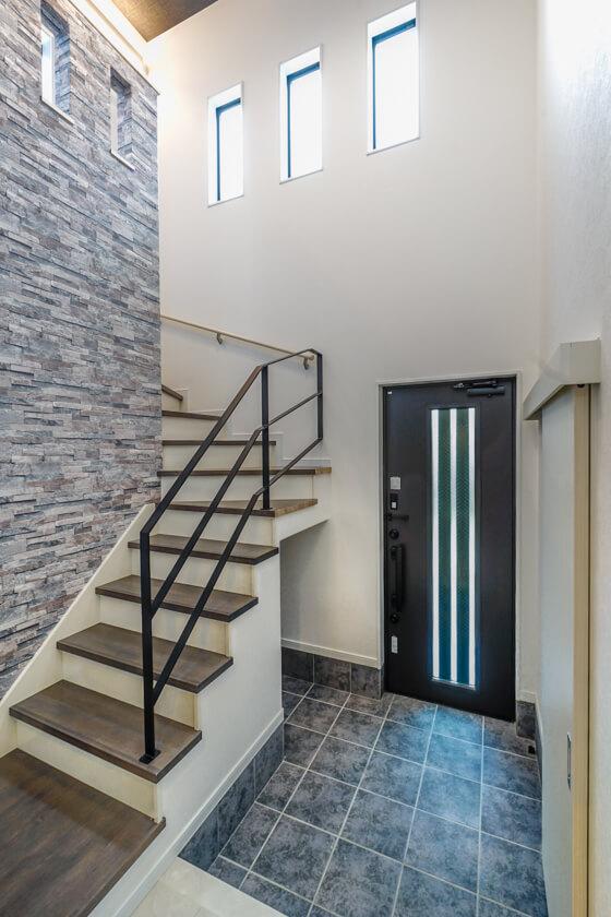 階段はアイカ工業の「AN(アラジンオーク)色」、手摺は鉄工所で「マッドブラックのアイアン手摺」をオーダー