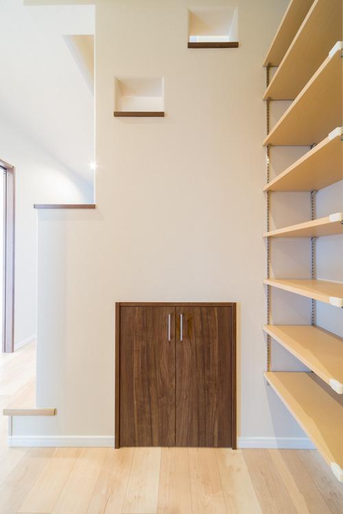 階段下のスペースは物入れ