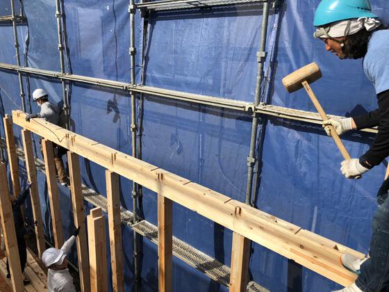 柱の突起部分と、梁に加工されたほぞ穴を組み合わせて建物の骨組みをつくっていきます