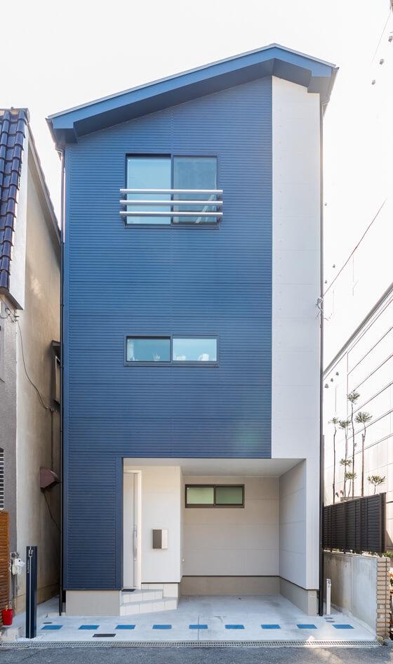 3階建て注文住宅Y様邸の外観は「ネイビーブルー×グレー×ホワイト」の組み合わせ