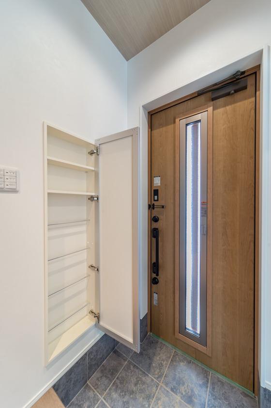 ミロートは、内部に棚とスリッパラックがついた埋め込み収納。扉がミラーになっています