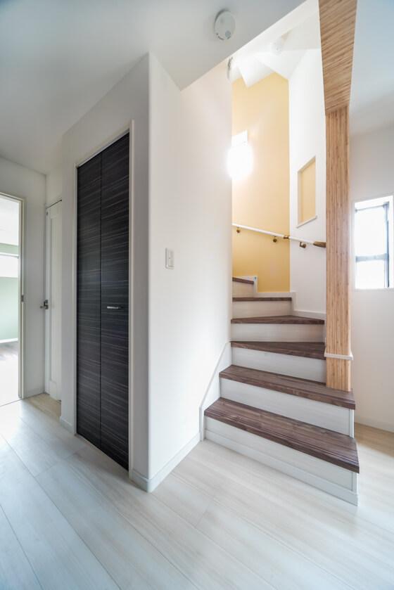 階段は2段をひな壇にし、まわり階段で上がる途中にニッチを作ってます。