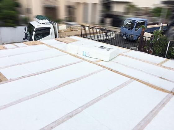 断熱材の「アクリアUボードピンレス」を施工中しているところです。床下に断熱材を敷きこみ、壁と屋根には吹き付け断熱を行うことで、建物全体を断熱材で覆い、断熱性能の高いお家にしていきます。