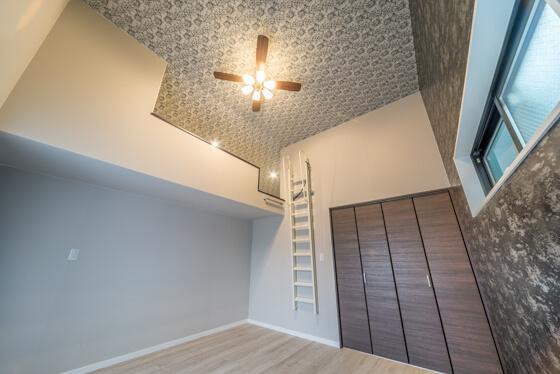 開放的な高天井の寝室