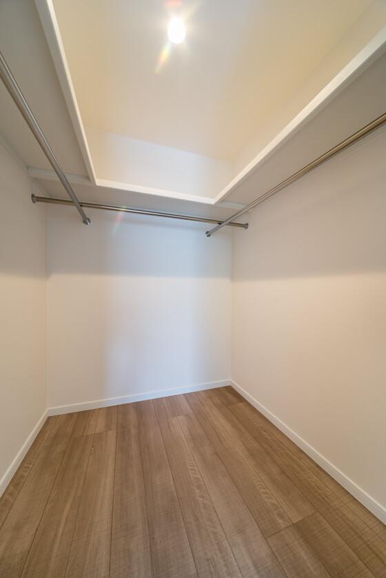40センチの奥行きの棚を3方に設置。その下にハンガーパイプを取り付けております。