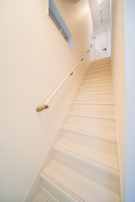 。階段はリクシルでストレート階段(木目が上品なクリエホワイト)