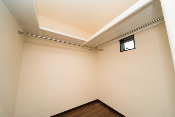 この収納は、2階の廊下から出入りする「ファミリークローク」