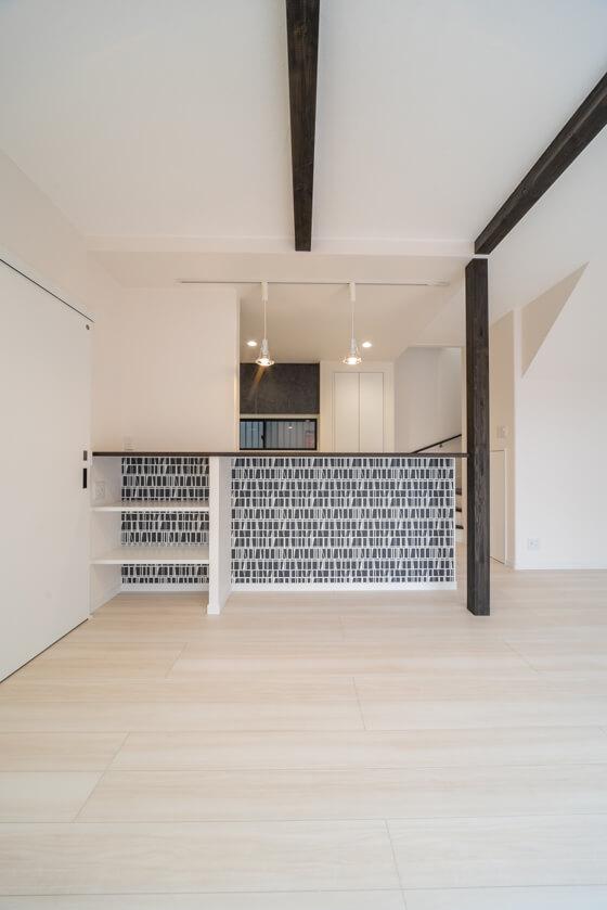 キッチン前には奥行きのあるカウンターを設置。少し高めの椅子を置けば、ダイニングカウンターにも早代わり 左側には、プリンターやモデムなどを収納する予定で固定棚を作っています。