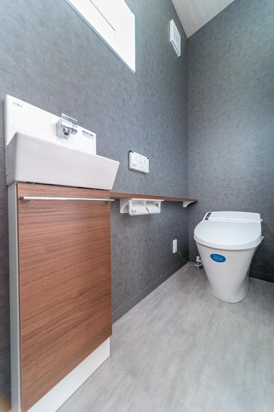 ホールからつながるトイレは「100年クリーン」のアクアセラミック素材