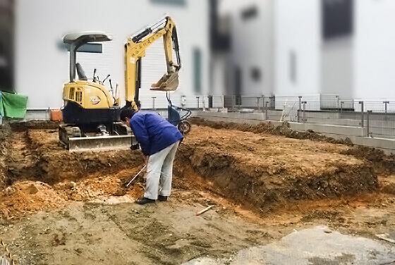 「掘り方」といって、地盤を掘削する作業をしているところ 高さを確認しながら掘り方を進めていきます。