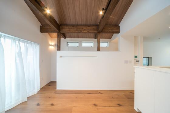 階段室とリビングを間仕切っている壁は、H1700mmで設定。「高すぎると、せっかくの勾配天井が見えなくなるし~。低すぎると、仕切られた感じがなくなり落ち着かないかな~」。ということでこの高さになりました