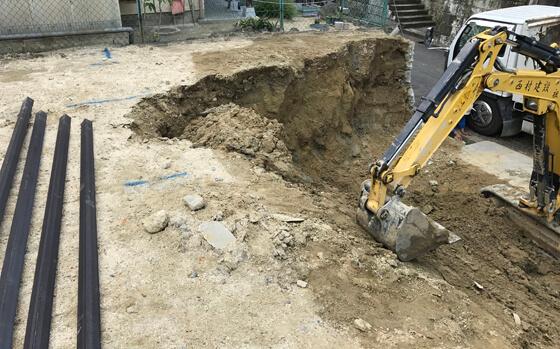 初めに建物の外周部に沿って土を掘る作業から始まります。