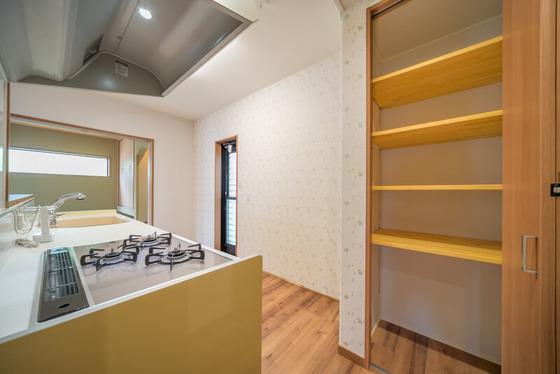 キッチンの背面にはカップボードスペースとパントリーを造作しまし