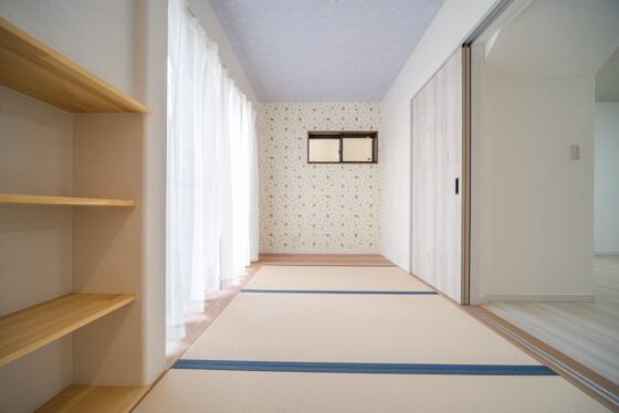 ホール側の入り口と反対側は、シンコールのベストより「BB-9896」娘さんが好きな、リラックマと四つ葉のクローバーが描かれた壁紙です