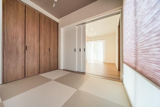 玄関ホールからLDKへの入口のすぐ横は、4.5帖の和室 3枚引込み戸ですので、約2300mmの大開口を実現できます