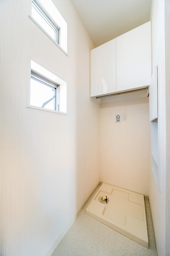 洗濯機の上には、南海プライウッドのランドリー収納「ラクリア」。