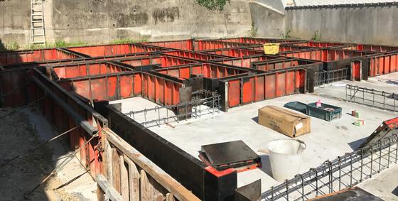 ベースコンクリートの打設が終わったら、型枠を組んで、立ち上がりのコンクリートも打設していきます。