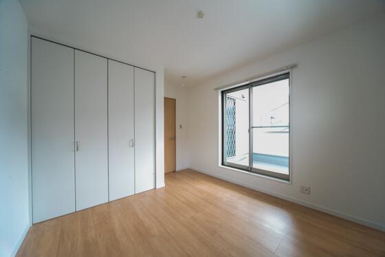 クローゼット扉はLIXILのクリエホワイト。各室の入り口扉のクリエペール色とは対照的に白い扉に 壁紙になじませて、部屋を広く見せるという工夫をされています。