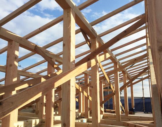 小屋裏空間にも「雲筋交い」といって、小屋束の垂直を固定するための筋交いがあります。