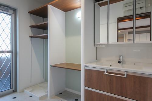 作り付け収納のある洗面室
