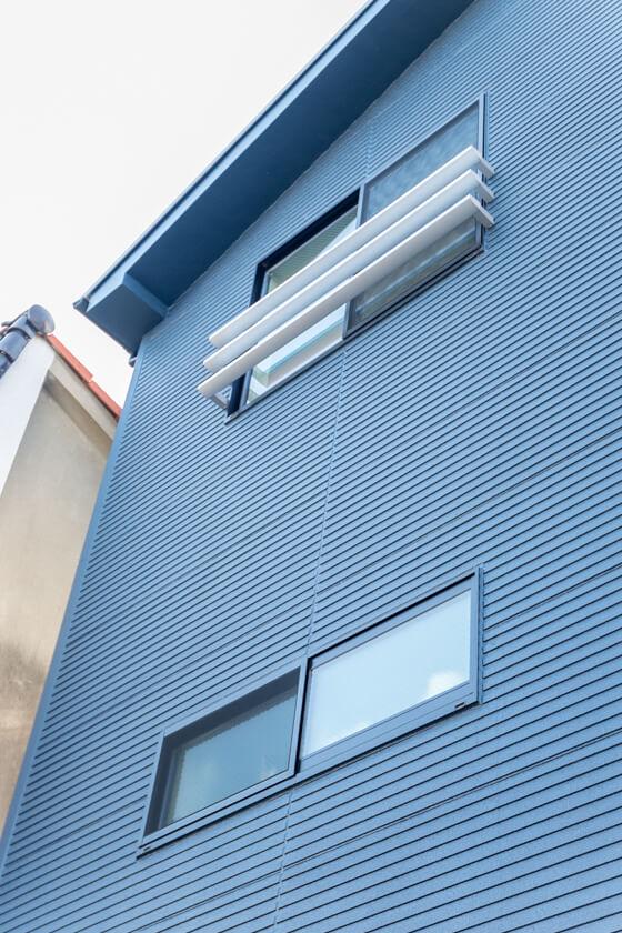 消防活動にも使えるように、3階の窓は開口部の大きい引き違い窓