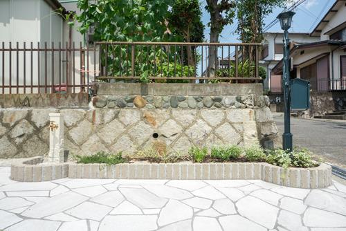 花壇の形状は、歩行を妨げないようにアーチを