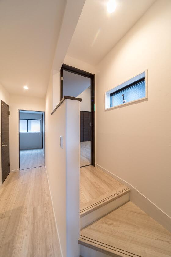 2段回りのゆったりした階段を上がると1段の踊り場。そこから寝室のドア。