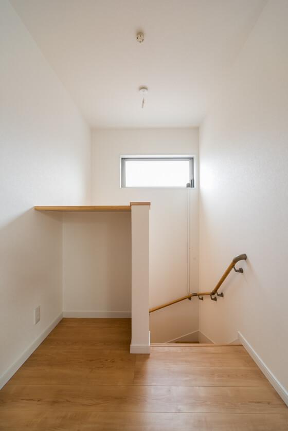 2階ホール。階段を上がりきった先には、少し奥行きのある1.5帖のホール。階段の上部に高所用横すべり出し窓を設置。