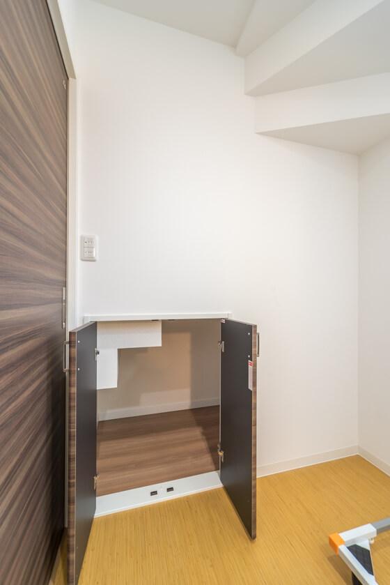 階段下も収納として利用。ストック品や洗面などの大きめのものも収納でき、とても便利です