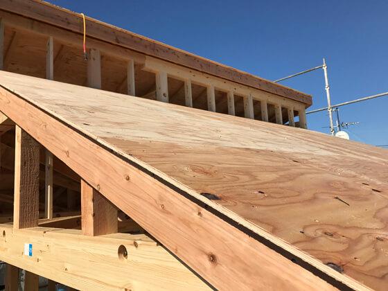 垂木の上に野地板を施工