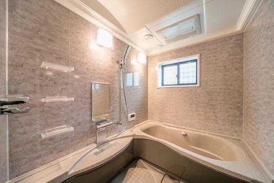 大理石デザインパネルを全面貼りしたリッチテイストの浴槽、「トクラスのリベロ(1621サイズ サウンドシャワー付き)」です。