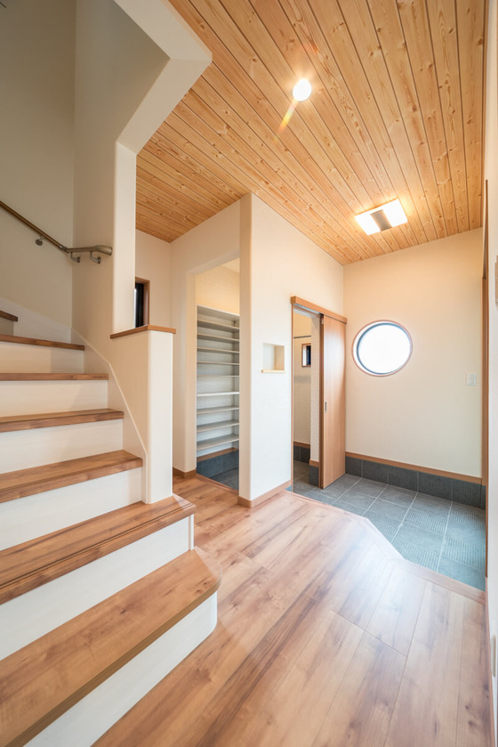 シューズクロークからも玄関ホールへ上がることができます。この動線にすることで玄関側で靴を脱ぐ必要がなくなり、お客様を招いても玄関をすっきり保つことができます