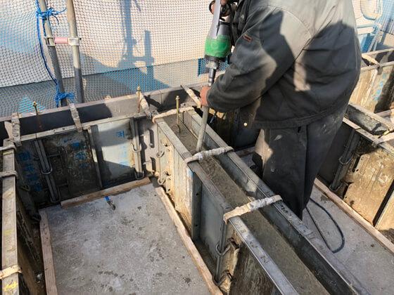 コンクリート内にバイブレータを挿入してコンクリートの締固めを行います。