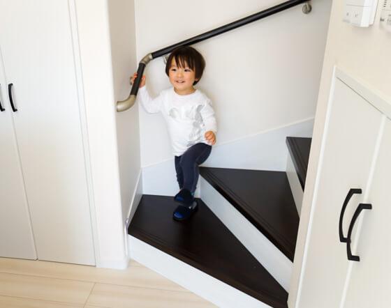 階段はきちんと手摺を持って上り下り