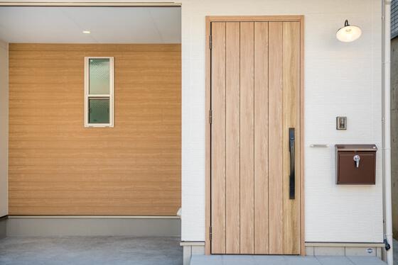 玄関ドアは、20分の防火性について国土交通大臣の認定を受けた個別認定のドア、「LIXILの防火ジエスタ(C18/シュガーオーク)