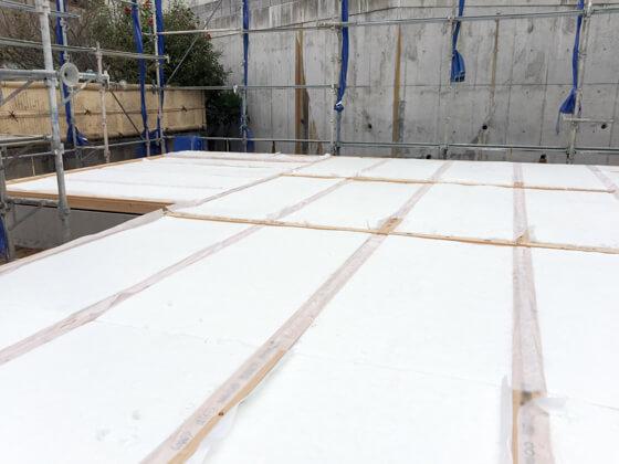 土台と大引き(床を支える部材)を固定した後、高性能の床下断熱材、アクリアUボードピンレスを充填しました