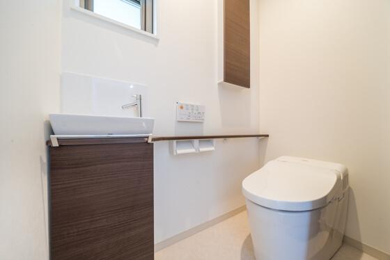 1階は手洗いカウンターと扉をダルブラウンと濃いめの茶色にされ、壁紙は白で統一。
