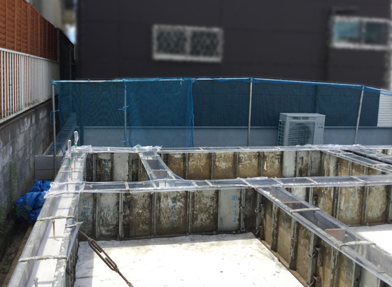 基礎の立上がりコンクリート、養生中  シートをかぶせているのは、急激な乾燥を防ぐため
