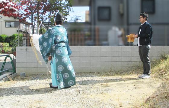 切麻散米(きりぬささんまい)といって、神職さんが切麻(=麻または紙を細かく切って米とまぜた、祓い清めるためのもの)で土地の四方を清めている様子