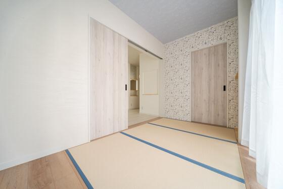 子供達の遊び場になる和室は、サンゲツのファインより「FE-4032」スヌーピー柄の壁紙です