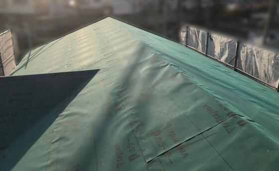 最後に大工さんとバトンタッチした屋根工事業者さんが、防水アスファルトルーフィングを施工
