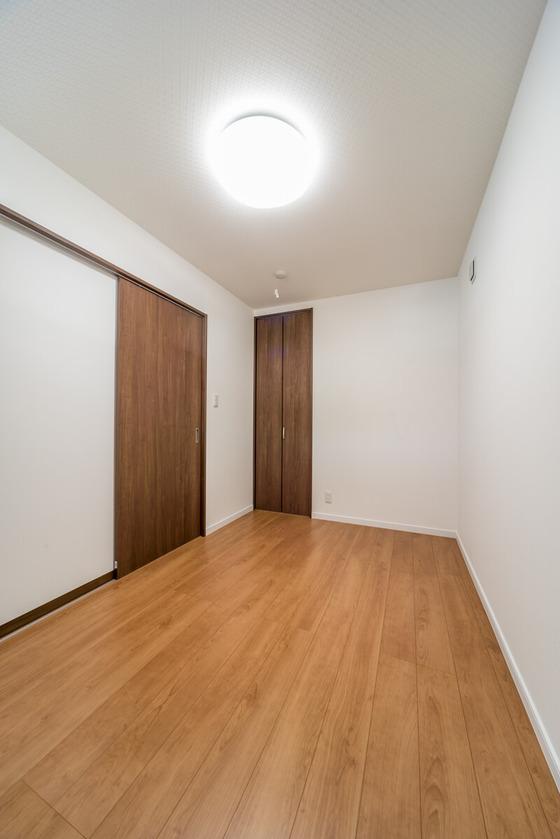 1階のもうひとつの洋室は5帖。クローゼットは0.5帖でコート掛けがメイン