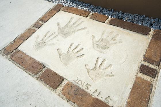 アプローチ階段横に家族の手形を記念に残されました
