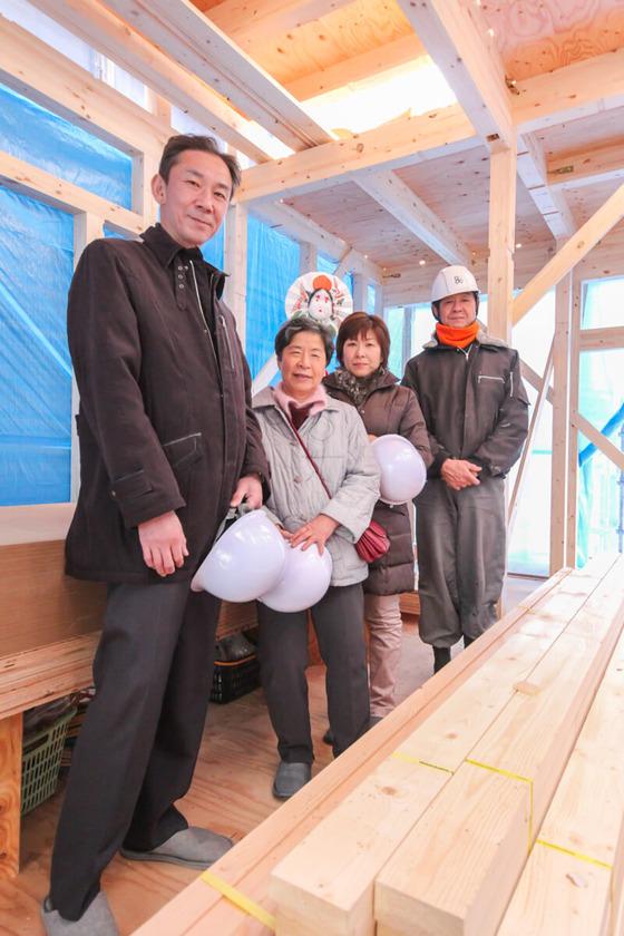 最後はM様ご家族と津田棟梁とで記念撮影