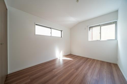 明るい光が差し込む洋室