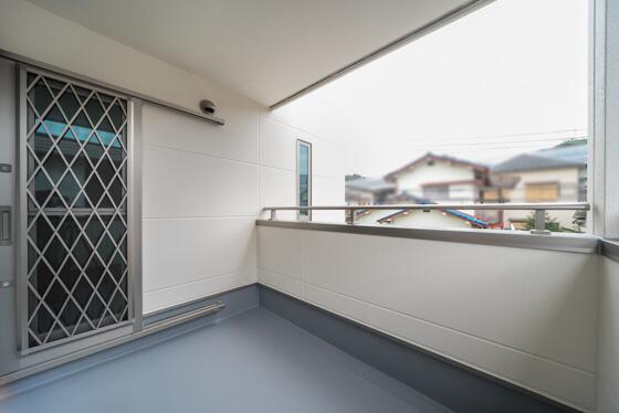 このインナーバルコニーは、2階廊下から直接出入りすることができます。洗濯物を干す動線を考えると、部屋を通らず直接アクセスできるのは魅力的ですね。