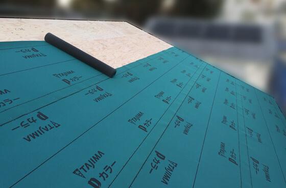 垂木の上に野地板と呼ばれる合板を貼り、防水下地のルーフィングを施工。